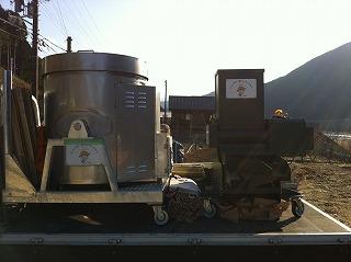 炭焼き窯と炭粉砕機