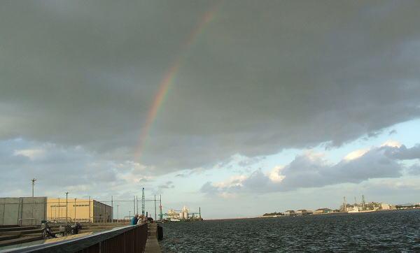 全体は写せませんでしたが、完全な虹です (*^^)v