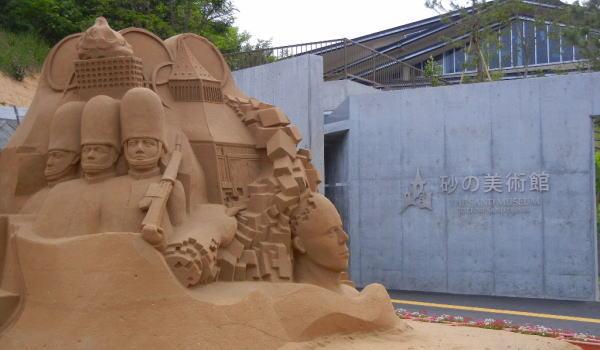 砂像の横に入り口が ・・・