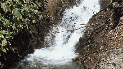 民家裏の滝 (3)