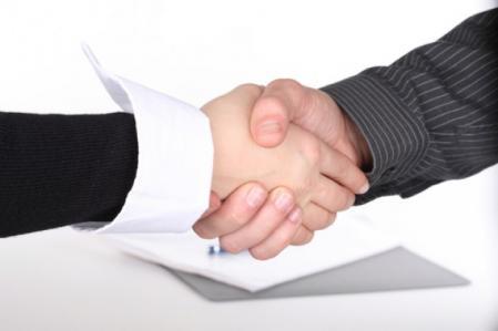 pen-folders-businessmen-negotiation_3264124.jpg