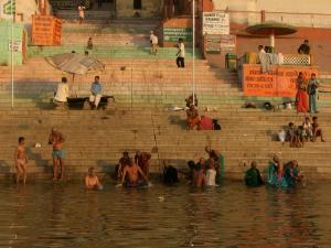 ガンガーで沐浴する人々