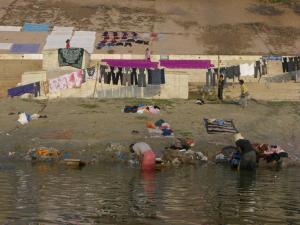 ガンガーで洗濯する人々