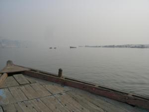 ボートから対岸を見る