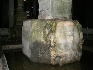地下宮殿柱の下のメドゥーサ