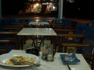 アフィニオス港すぐ近くのレストランの猫