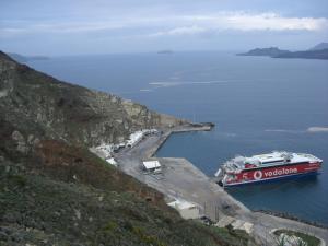 坂をしばらく歩いてアフィニオス港を見下ろす