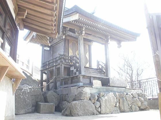 山頂に建てられた神社です。