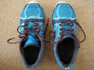 大阪市旭区しおかわ鍼灸整骨院正しい靴の履き方1まずは紐をしっかりと緩めましょう
