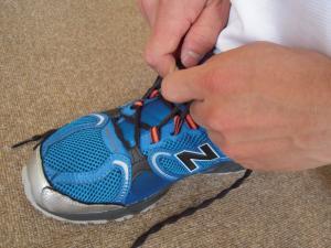 大阪市旭区しおかわ鍼灸整骨院正しい靴の履き方3紐は前から順番にしっかりと締めましょう