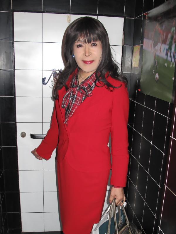 091202赤スーツラウンジ(1)