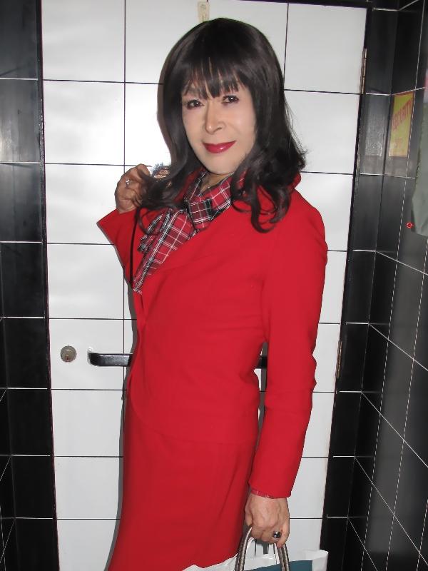 091202赤スーツラウンジ(2)