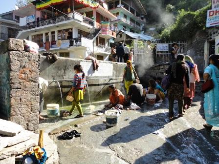 寺院外の洗濯場