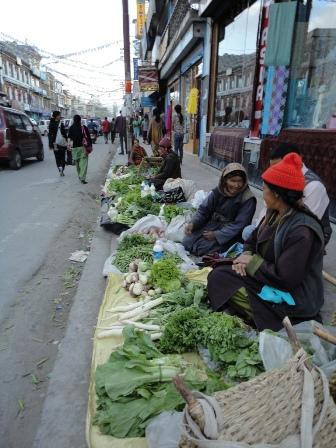 路地の野菜売り