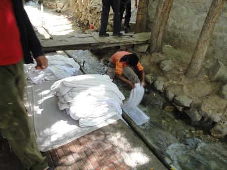 河で洗濯する人