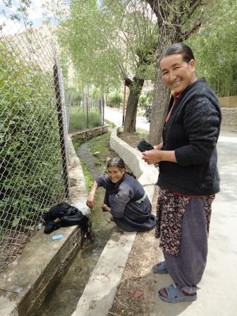 溝で洗濯するおばちゃん