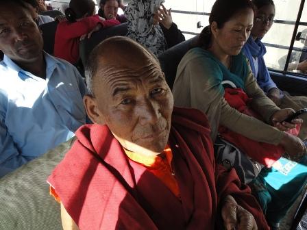 ミニバスの老僧侶