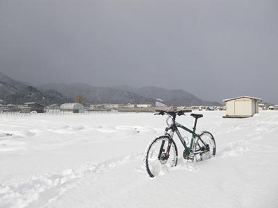 雪に立つMTB