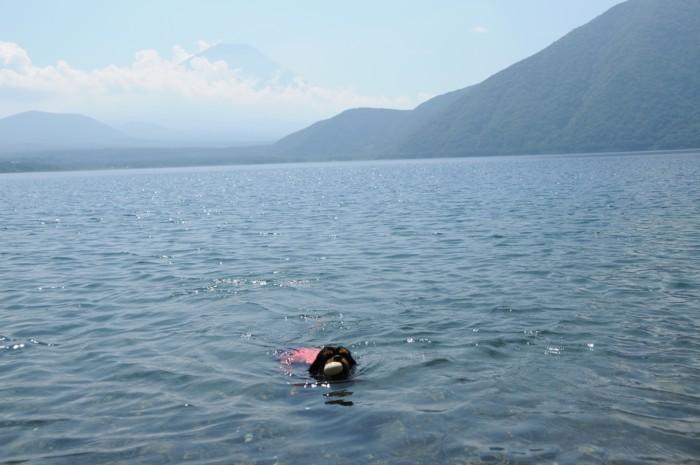 1274富士をバックに泳ぐ奈々。