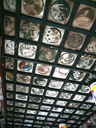 草花と鳥が描かれている天井画
