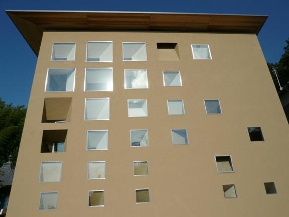 窓が立体的なの。中から見たらどうなってるんだろ?