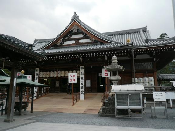暗闇を進むと、弘法大師が生まれたという場所の真下に出て、そこに祭壇があり 再現した大師の声が聞けます。