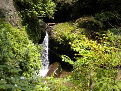 旧道脇の滝
