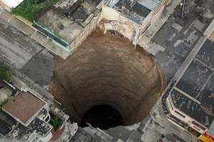 中米グアテマラで市街地に深さ100mの大穴2