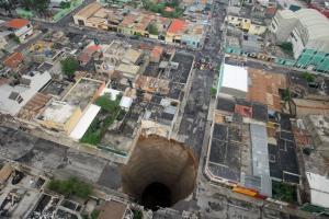 中米グアテマラで市街地に深さ100mの大穴