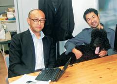 システムを構築した菊水教授(右)と高木代表
