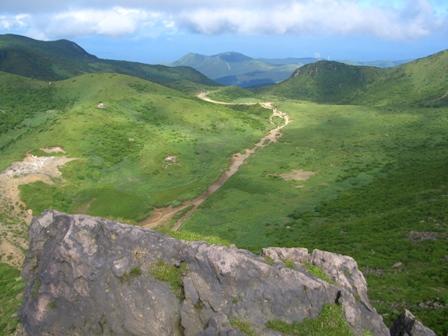 26星生崎から久住山への登山道を見下ろす CIMG0312