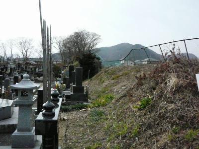 墓地裏の土塁