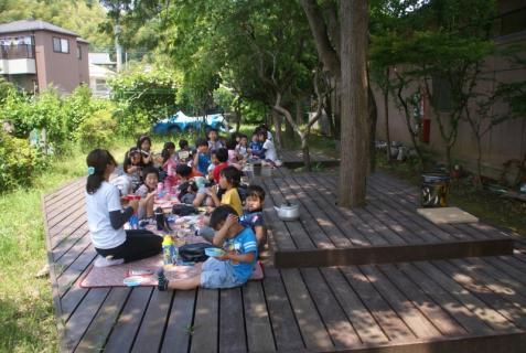 2006-01-01 森のウッドデッキ昼食青、園庭緑昼食、草花遊び 001 (800x536)