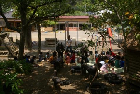 2006-01-01 森のウッドデッキ昼食青、園庭緑昼食、草花遊び 021 (800x536)