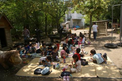 2006-01-01 森のウッドデッキ昼食青、園庭緑昼食、草花遊び 024 (800x536)
