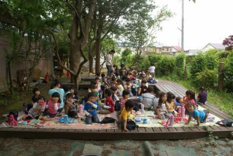 2006-01-01 6月誕生会及びグミならびに年中森のウッドデッキ昼食 055 (800x536)