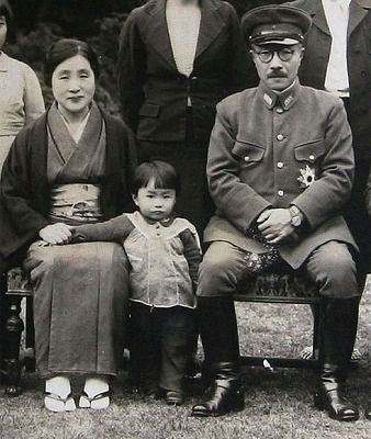 s-東条英機と、妻の勝子、孫の由布子。