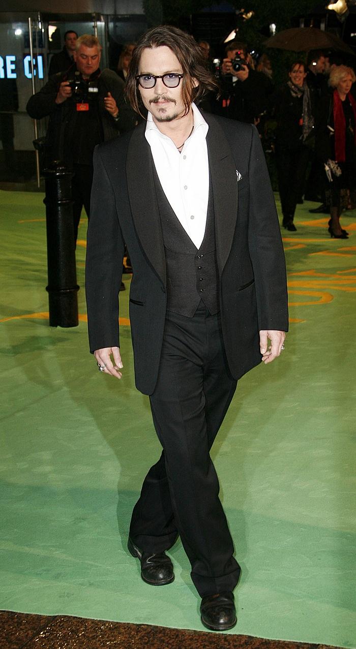 Johnny_Depp_at_the_Alice_In_Wonderland_Royal_WorldPremiere_(24).jpg