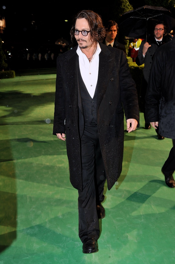 Johnny_Depp_at_the_Alice_In_Wonderland_Royal_WorldPremiere_(25).jpg