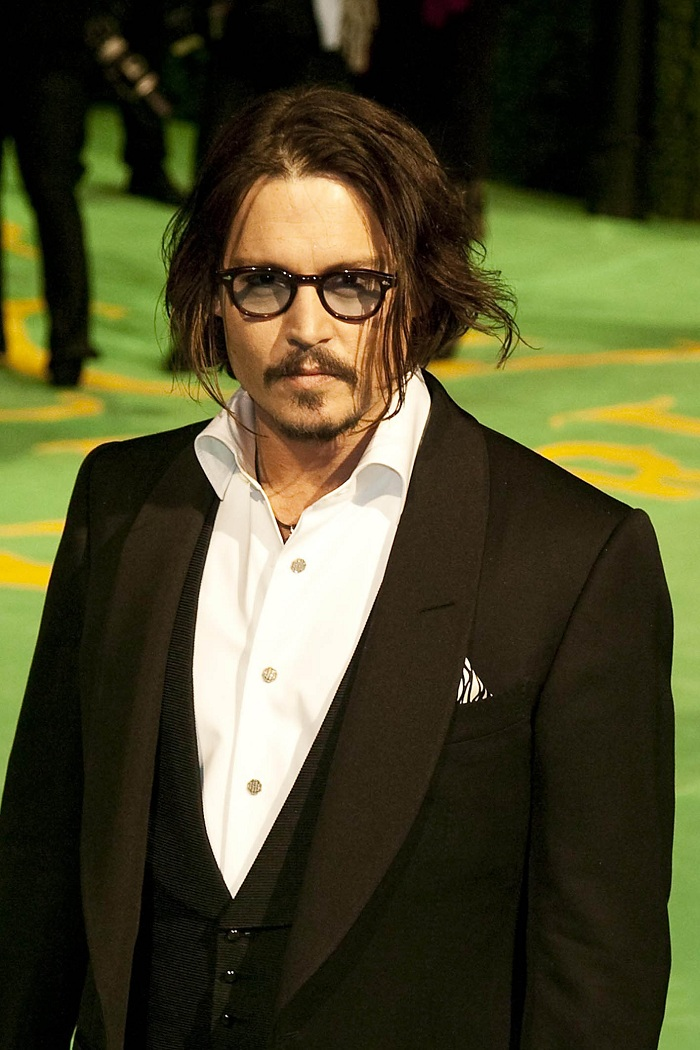 Johnny_Depp_at_the_Alice_In_Wonderland_Royal_WorldPremiere_(27).jpg