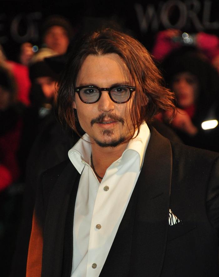 Johnny_Depp_at_the_Alice_In_Wonderland_Royal_WorldPremiere_(39).jpg