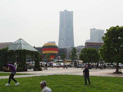 気球とランドマークタワー