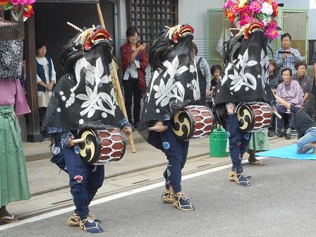 八幡社前獅子舞②