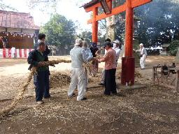 鷺栖神社⑧神社前の鳥居総出で注連縄を