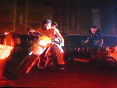 デモンズ:バイクで応戦