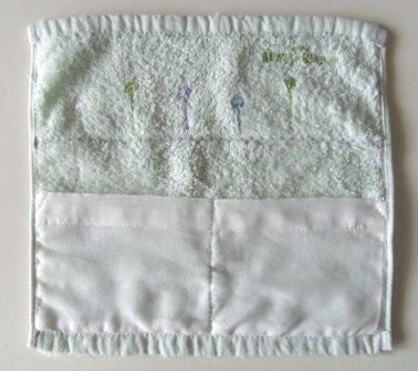 隠しポケットのハンドタオル型ポーチ。