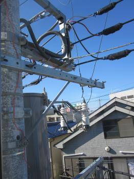 窓から電信柱