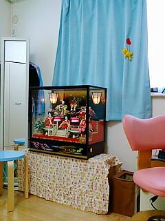 娘の部屋で寂しい雛人形。