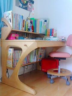 カリモクの机。