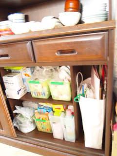 なんとかしたい食器棚の下。